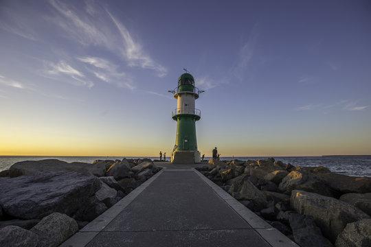 Leuchtturm von Warnemünde an der Ostsee im Sonnenuntergang