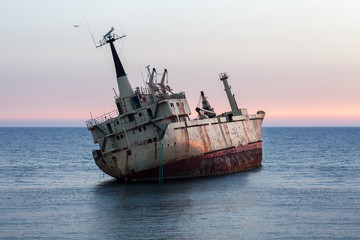 Photo sur Toile Naufrage Ship wreck at sunset