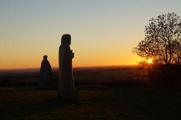 Coucher du soleil et statues