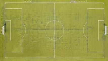 Vista aerea perpendicolare di un campo da calcio tenuto in pessime condizioni.