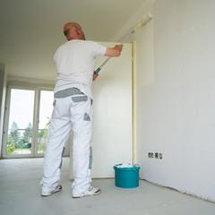 Maler während der Renovierung einer Wohnung