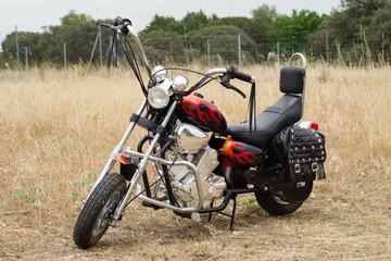 Moto custom en el campo