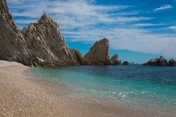 Vacanze al mare in una splendida spiaggia selvaggia della regione Marche