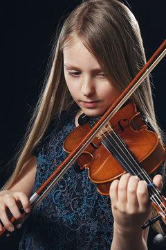 fillette blonde jouant du violon