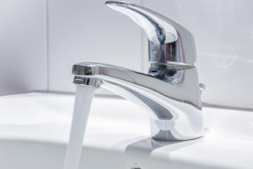 Frisches Trinkwasser sprudelt aus dem Wasserhahn