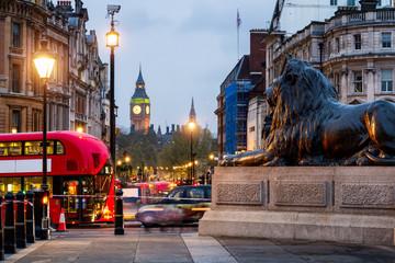 Street view of Trafalgar Square towards Big Ben at night in London, UK Fotomurales