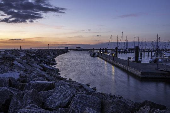Schiffe im Hafen von Warnemünde an der Ostsee im Sonnenuntergang