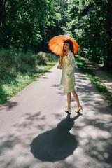 Jeune femme à l'ombrelle orange