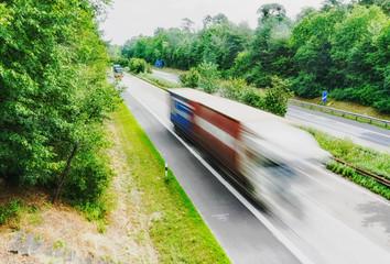 LKW fährt dynamisch auf der Autobahn