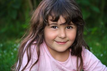 Portrait glückliches  kleines türkisches Mädchen lächelt