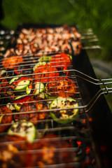 барбекю, шашлык и овощи гриль