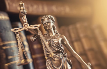 Justitia Figur Statue mit Bücherregal