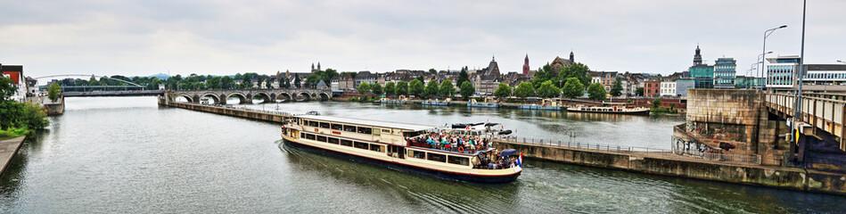 Panorama Ansicht Maastricht zwischen Sint Servas Brücke und Wilhelmina Brücke