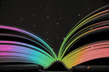 Libro abierto con colores del arco iris