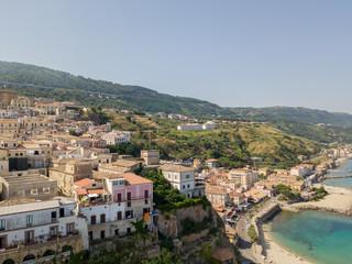 Vista aerea di Pizzo Calabro, molo, castello, Calabria, turismo Italia. Vista dal mare. Case sulla roccia. Sulla scogliera si staglia il castello aragonese