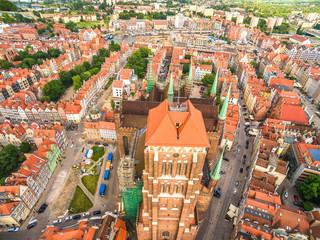 Gdańsk - krajobraz miasta z lotu ptaka. Wieża Bazyliki Mariackiej  i stare miasto z widoczną wyspą spichrzów.
