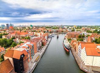 Gdańsk z lotu ptaka. Krajobraz starego miasta z Motławą.