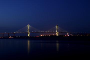 Abendlicher Blick auf die Arthur Ravenel Bridge in Charleston