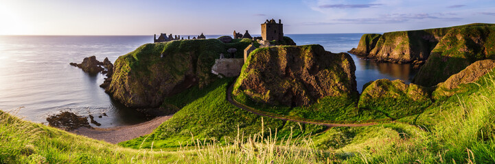 Panoramic view of Dunottar Castle at sunrise on the East Coast of Scotland. Aberdeenshire, United Kingdom Fototapete
