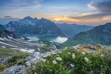Sonnenuntergang im Hochgebirge im Sommer