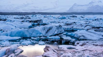 Keuken foto achterwand Gletsjers sun light reflecting on iceberg glacier lagoon, jokulsarlon of Iceland