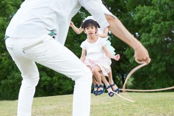 縄跳びをする家族