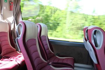 Komfort: Leere Sitzreihe mit Ledersitzen in einem Reisebus