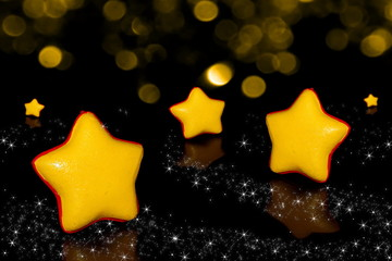 красивая фигурка желтой звезды на черном фоне