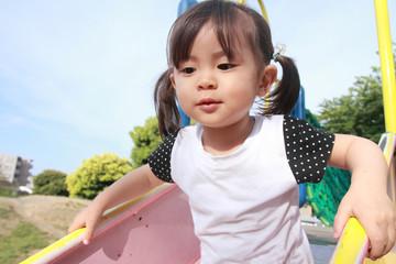 綱渡りで遊ぶ幼児(2歳児)