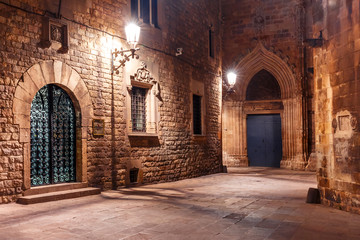 Fototapete - Cobbled empty medieval street in Barri Gothic Quarter at night, Barcelona, Catalonia, Spain