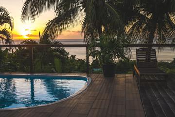 Piscine villa au couché du soleil