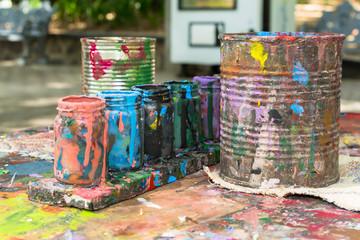 Los envases de pintura están muy manchados.