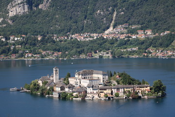 Zelfklevend Fotobehang Meer / Vijver View to Basilika San Giulio at Isola San Giulio in Lake Orta, Piedmont Italy