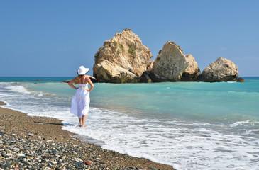 Photo sur Plexiglas Chypre Girl looking to the sea near Aphrodite birthplace, Cyprus