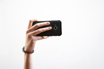 Telefon in Hand beim Selfie Bild machen
