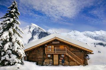 Foto auf AluDibond Gebirge le chalet de montagne en hiver