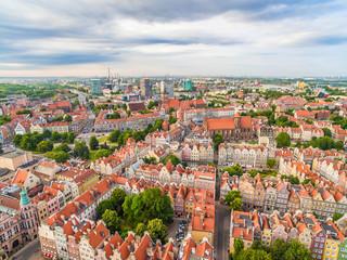 Gdańsk - krajobraz miasta z lot ptaka. Stare miasto i nowoczesne zabudowania widoczne w oddali.