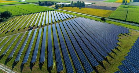 champs de panneaux solaire dans une ferme solaire, france