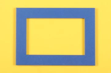 рамка для фотографии лежит на ярком фоне есть место для надписи