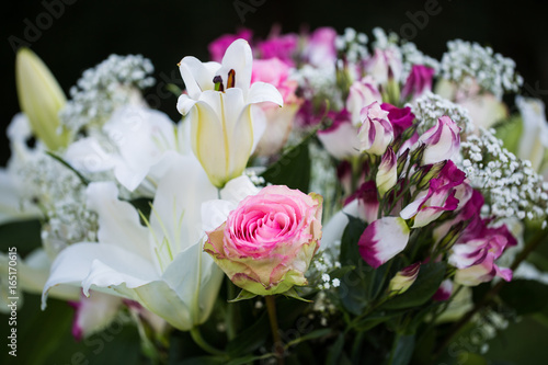Blumenstrauss In Weiss Rosa Geburtstag Hochzeit Stock Photo And