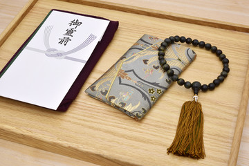 葬儀のイメージ 香典袋と数珠