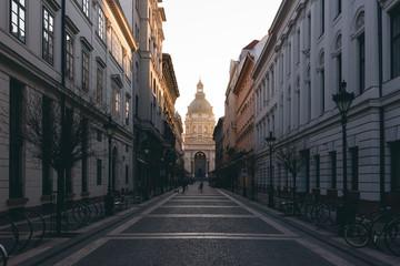 Sonnenaufgang an der St.-Stephans-Basilika in Budapest, Ungarn