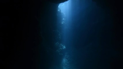 Fototapete - Rays of sunlight shining into the underwater cave