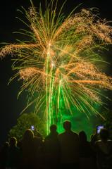 Fest Feuerwerk Zuschauer im Vordergrund filmen mit Handy - Celebration fireworks spectators in the foreground shooting with smartphone