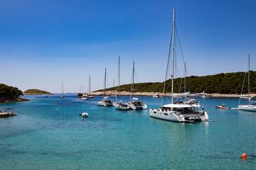 Segelboote in einer kroatischen Bucht