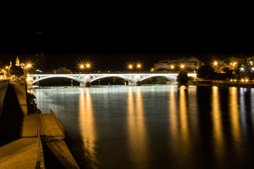 Die Puente De Isabel bei Nacht - Sevilla