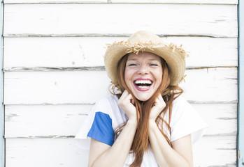 Teenager mit roten Haaren und Sommersprossen