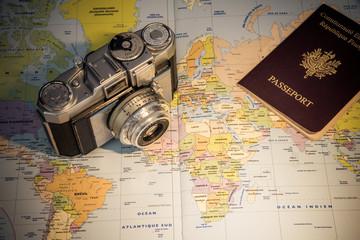 appareil photo retro carte et passeport