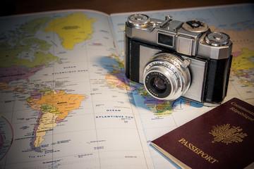 appareil photo retro sur carte et passeport