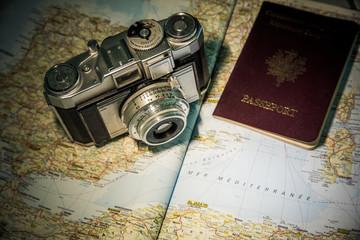appareil photo vintage sur carte et passeport
